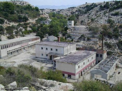 Lagjet e banimit, mensa dhe ndërtesat administrative në Goli Otok. Foto me lejen e goli-otok.com